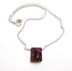Halsband i silverplätering med lila mosaiksten med inslag av pyrit.  Hängets storlek: 3cm Längd: 53cm