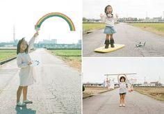 """Pais e mães adoram capturar momentos inesquecíveis da vida de seus filhos para deixá-los registrados em formato de fotografia. Mas o pai e fotógrafo Nagano Toyokazu foi um pouco mais longe, com a série Magic Road (""""Estrada Mágica"""", em português). Nas imagens, ele retrata a sua pequena filha Kanna, desde que ela tem 4 anos (hoje está perto dos 6), de maneira inusitada e divertida, em fotografias simples, que se utilizam sempre do mesmo cenário, uma estrada quase deserta. As fotos deixam…"""