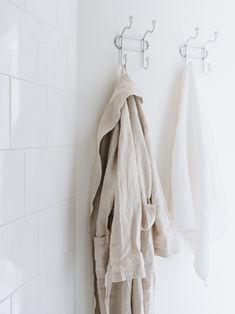 M i n u t e s – Cream linen waffle towel by Balmuir, Drai bathrobe by Society Limonta.