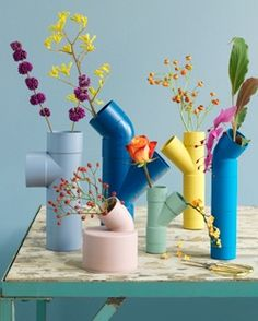 bonitos floreros con tubos de colores