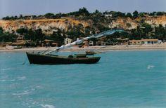 Com outras praias ao redor, a Praia Redonda, em Icapuí, chama atenção por ter poucos habitantes, em sua maioria pescadores. A vila sobrevive de pesca artesanal. Já a praia tem falésias avermelhadas, recifes e belíssimas paisagens no trecho mais deserto. Mesmo sendo menos procurada, o local tem pousadas estruturadas com bares para os turistas. (FOTO: Blog Casa da Kristina)