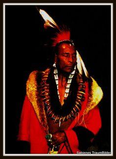 Indianer in der Tracht eines Schamanen