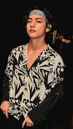 """BTS V/ Kim Taehyung/ Tae mf hot damn please save me lockscreen/ wallpaper from GRAMMYs"" Taehyung Cute, Kim Taehyung, Foto Bts, Bts Jungkook, Kpop, V Bts Cute, Bts Kim, V Bts Wallpaper, Bts Aesthetic Pictures"
