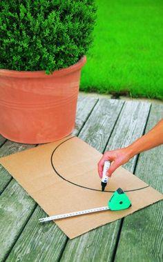 Messen Sie den Durchmesser ihrer Buchskugel und zeichnen Sie im benötigten Radius einen Halbkreis auf ein Stück Pappe (links). Anschließend schneiden Sie den Kreisbogen mit einer scharfen Schere oder einem Cutter aus.  Halten Sie die fertige Schablone mit einer Hand an die Buchskugel und schneiden Sie mit der anderen daran entlang (rechts)