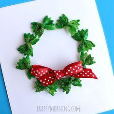 Leuke naamkaartjes voor de tafelschikking van je gasten wanneer je een kerstdiner/lunch geeft. Neem pasta strikjes en verf deze groen. Doe er, als de verf nog nat is, de glitters op en plak ze op een stevig katonnetje met een rood strikje. Schrijf in het midden van het kransje de naam van de gast.