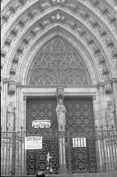 Iglesia con un cartel que advierte que es un edificio incautado por la Generalitat de Cataluña.