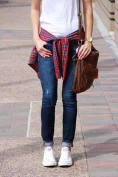 O classico jeans azul, camisa xadrez e o tenis branco *-*