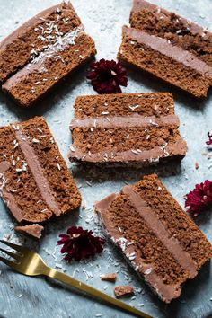 En utrolig god sjokoladekake i form med en sinnsykt digg glasur! Klikk deg inn for å få oppskriften. Chocolate Loaf Cake, Norwegian Food, Quick Bread, Tiramisu, Banana Bread, Nom Nom, Food And Drink, Baking, Ethnic Recipes