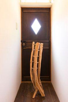 裏庭に通じるドアの前に置かれた、1本の木から作られたオブジェは、KINTAさんが師事した味岡伸太郎さんの作品。