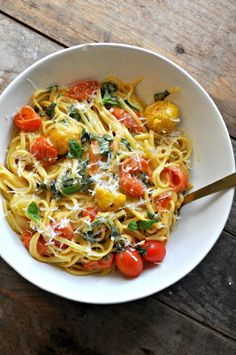 Vegan One Pot Caramelized Tomato Caprese Pasta - Rabbit and Wolves Super creamy cheesy pasta tossed with caramelized baby tomatoes and fresh basil. All cooked in one pot! Pasta Recipes, New Recipes, Vegetarian Recipes, Healthy Recipes, Cooking Recipes, Cooking Kale, Cooking Stuff, Snacks Recipes, Vegan Vegetarian