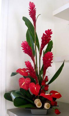 """Un arreglo bien exótico, con flores """"modernas"""". Con 5 hawaianas y 5 anturios."""