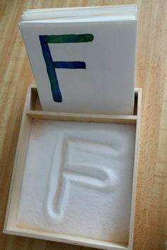 Essa caixinha com açúcar é muito legal para as crianças aprenderem o alfabeto.