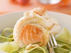 Seezungenroulade mit grüner Pasta ist ein Rezept mit frischen Zutaten aus der Kategorie Meerwasserfisch. Probieren Sie dieses und weitere Rezepte von EAT SMARTER!