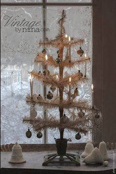 The perfect vintage German feather tree! (from Vintage by Nina) Nordic Christmas, Antique Christmas, Christmas Past, Primitive Christmas, Vintage Holiday, Country Christmas, Simple Christmas, White Christmas, Christmas Diy