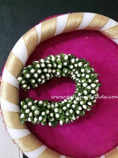 Order Fresh flower poolajada, bridal accessories from our local branches present over SouthIndia, Mumbai, Delhi, Singapore and USA. Hair Accesories Wedding, Bride Hair Accessories, Bridal Hairstyle Indian Wedding, Indian Wedding Hairstyles, Bridal Room Decor, Saree Hairstyles, Diy Flower Crown, Bridal Hair Flowers, Hair Decorations