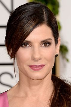 LUV her make up. Sandra Bullock Golden Globes Awards 2014 Who had the best hair and makeup at the 2014 Golden Globe Awards? Here are the celebrity close ups! Sandra Bullock Cheveux, Sandra Bullock Hair, Hair Styles 2014, Medium Hair Styles, Celebrity Hairstyles, Cool Hairstyles, Cool Winter, Non Plus Ultra, Sandro