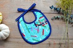 I just love this Christmas-themed baby bib! Perfect for babys first Christmas dinner or holiday party, this modern baby bib is the perfect gender