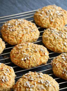 God morgen! Idag har eg en oppskrift til dere som passer perfekt til frukost, i matpakken, som turmat, tilbehør til suppe eller salat. Proteinrike havrerundstykker med gulrot – en liten ny vri på den tradisjonelle oppskrifta på proteinrikt havrebrød, havrebriks, havrerundstykker, hamburgerbrød og fleire varianter eg har delt med dere tidligere. Det er oppskrifter som … Fodmap, Scones, Nom Nom, Clean Eating, Muffin, Food And Drink, Cooking Recipes, Keto, Low Carb