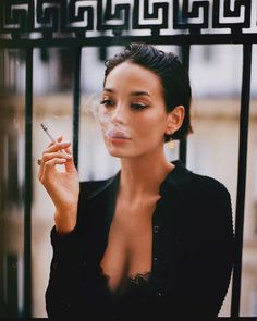 Taylor Lashae, Cigarette Aesthetic, Women Smoking Cigarettes, Foto Casual, Smoking Ladies, Girl Smoking Art, Grunge Hair, Aesthetic Girl, New Hair