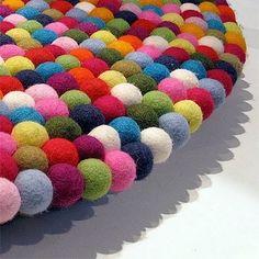 Alfombra de bolas de fieltro