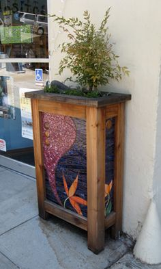 Great showcase of mosaic pieces in this link. Mosaic Art, Mosaic Glass, Mosaic Tiles, Fused Glass, Glass Art, Stained Glass Designs, Stained Glass Patterns, Wooden Planter Boxes Diy, Mosaic Planters