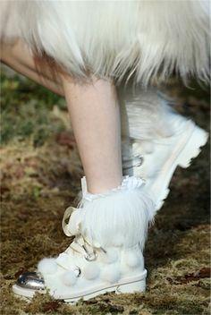 VOGUE fashion | trends | 装いに華を添えるロマンチック小物10選。あなたはどれを取り入れる? | 1