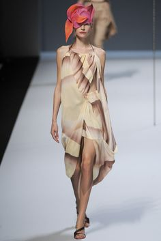 See the complete Issey Miyake Spring 2012 Ready-to-Wear collection.