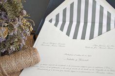 Invitaciones de boda con sobres forrados de rayas verdes grisáceas by Silvia Galí. www.silviagali.com