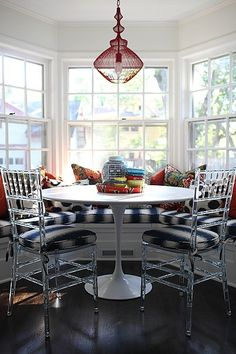 love the mix of styles here! #chinoiserie #mid-centurymodern #lucite // breakfast nook