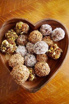 Maak deze vegan balletjes als ontbijt: in de smaken vijgen-sesam, kokos-dadels en pistache abrikozen. Doe er een paar in een bakje en eet ze als je trek hebt.