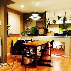 aya_oikawaさんの、Overview,観葉植物,オープンキッチン,板壁,フェイクグリーン,シェルチェア,アントチェア,いなざうるす屋さん,PH50,壁塗りました,ピクチャーレール活用,ジョージネルソン時計,エコカラットの壁,ディアウォール DIY,ストッケ トリップトラップについての部屋写真
