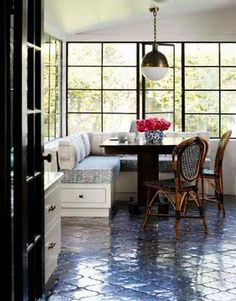 Breakfast nook banquette seating and those WINDOW PANES! Home design ideas and interior design inspiration. Classic Kitchen, Kitchen Black, Banquette Seating, Corner Banquette, Corner Seating, Corner Table, Booth Seating, Dining Corner, Table Seating