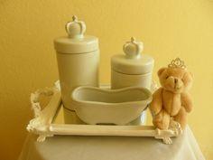 Kit higiene espelhado em porcelana príncipe. Bandeja espelhada em resina. 2 potes com coroa em resina podendo ser utilizado para cotonetes e algodão. Banheira em porcelana OBS: O ursinho não faz parte do kit higiene. R$ 189,90