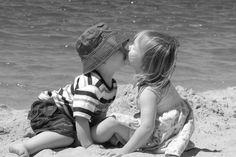 niños en la playa en sepia blanco y negro -
