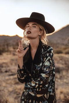 Resultado de imagem para mango campaign boho bohemian cowboy indie folk - The latest in Bohemian Fashion! These literally go viral! Bohemian Mode, Bohemian Style, Boho Chic, Bohemian Fashion, Bohemian Gypsy, Style Fashion, Fashion Ideas, Estilo Folk, Estilo Indie