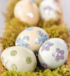 Huevos de Pascua decorados con flores brillantes.