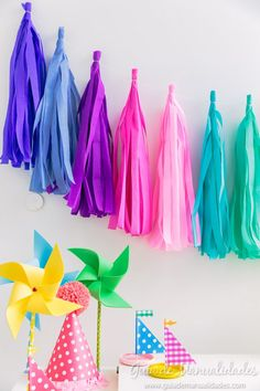 You& probably seen those beautiful garlands of many colors and different kinds of paper, made with fringes or tassels and have wondered how they do . They have the tutorial step by step Home Crafts, Arts And Crafts, Diy Dorm Decor, Gift Wrapper, Barbie Party, Diy Tassel, Ideas Para Fiestas, Happy B Day, Crepe Paper