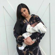 KYLIE JENNER e sua filha que está completando 1 mês hoje dia 1 de Março.