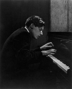 Glenn Gould (45 / 56) Glen Gould, Great Photographers, Portrait Photographers, Yousuf Karsh, Le Piano, Jazz Guitar, Piano Photography, Creative Photography, Classical Music