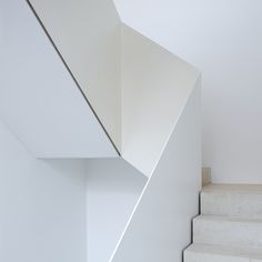 I like this dazzling staircase wall Staircase Handrail, Interior Staircase, Stairs Architecture, Stair Railing, Staircase Design, Foyer Design, Architecture Details, Contemporary Stairs, Modern Stairs