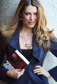 La modelo Tara Moss no se conforma sólo con ser una cara bonita. También es una escritora de éxito. Su última novela negra traducida en nuestro país lleva por título Te encontraré.