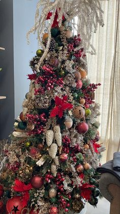 Woodsy farmhouse Christmas tree decor Flocked Christmas Trees Decorated, Rose Gold Christmas Decorations, Ribbon On Christmas Tree, Cool Christmas Trees, Christmas Tree Themes, Christmas Tree Toppers, Christmas Christmas, Farmhouse Christmas Trees, Christmas Ideas