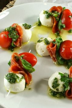 Use GF pepperoni! Authentic Suburban Gourmet: Pepperoni Caprese Bites with Basil VinaigretteFresh , light , festive coloured party or pre dinner canapes for Christmas. Authentic Suburban Gourmet: Pepperoni Caprese Bites with Basil VinaigrettePepperon Snacks Für Party, Appetizers For Party, Appetizer Recipes, Canapes Recipes, Gourmet Appetizers, Tapas Party, Best Dinner Party Recipes, Easy Summer Appetizers, Canapes Ideas