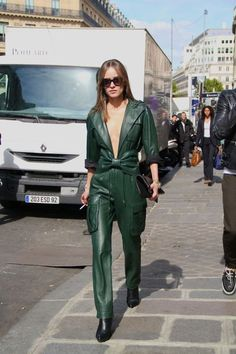 Day Paris Fashion Week Street Style At Balmain - Style Barista Street Style Trends, Street Style Looks, Fashion Week Paris, Look Fashion, Korean Fashion, Womens Fashion, Fashion Edgy, Fashion Details, Latest Fashion