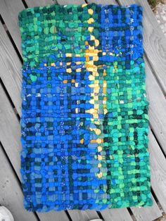 Alfombra tejida a mano de suéteres reciclados de por FringeFiber, $100.00