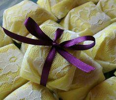 Papel amarelo com renda branca por cima e fita roxa. Combinacão perfeita.