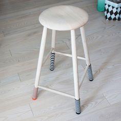 Little stripey chair socks. Free pattern by Lutter Idyl, in Danish.