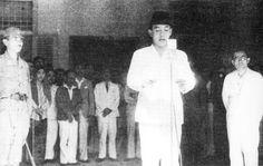 Soekarno roept de onafhankelijke staat Indonesië uit. Rechts staat Mohammed Hatta, de eerste vicepresident van de Republiek Indonesië
