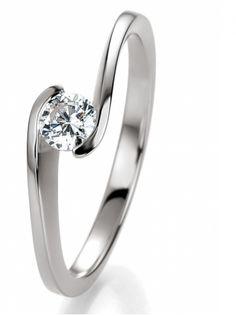 925 Silber Verlobungsring mit dem im Mittelpunkt stehenden Stein etwas ganz besonderes. Er wird von den Ringschienen verschlungen. Ein absolut zeitloser Ring - genau richtig für die Verlobung. By verlobungsring.de #love #rings #wedding