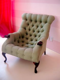 i could so read to my kiddos in this cozy chair! #PrimroseReadingCorner